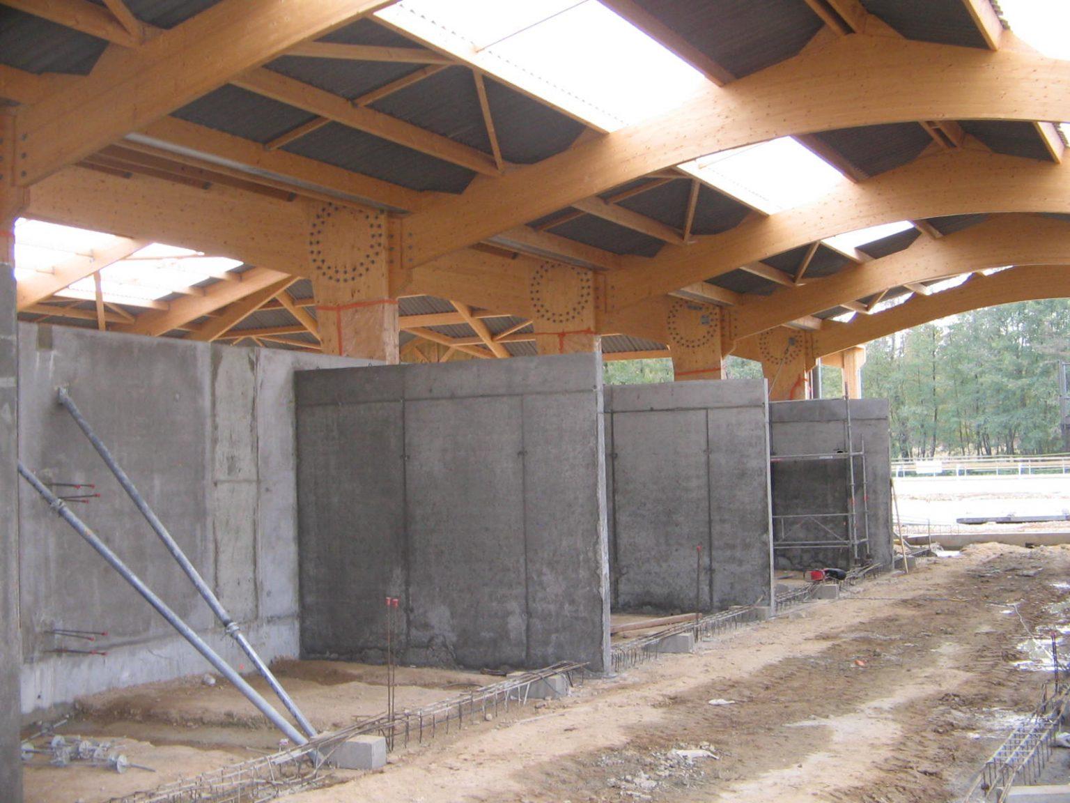 Construction de box chevaux en voiles béton attenants à un manège chevaux