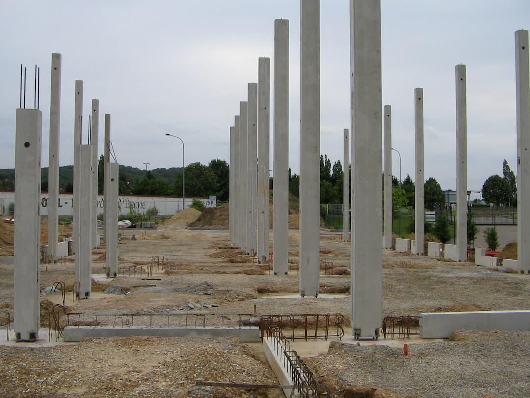 Installation de poteau béton pieds de poteaux préfabriqués pour Biocoop (78)