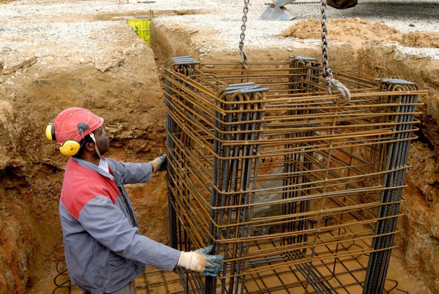 Longrines préfabriquées par la société ACFA pour les fondations par massifs à encuvement