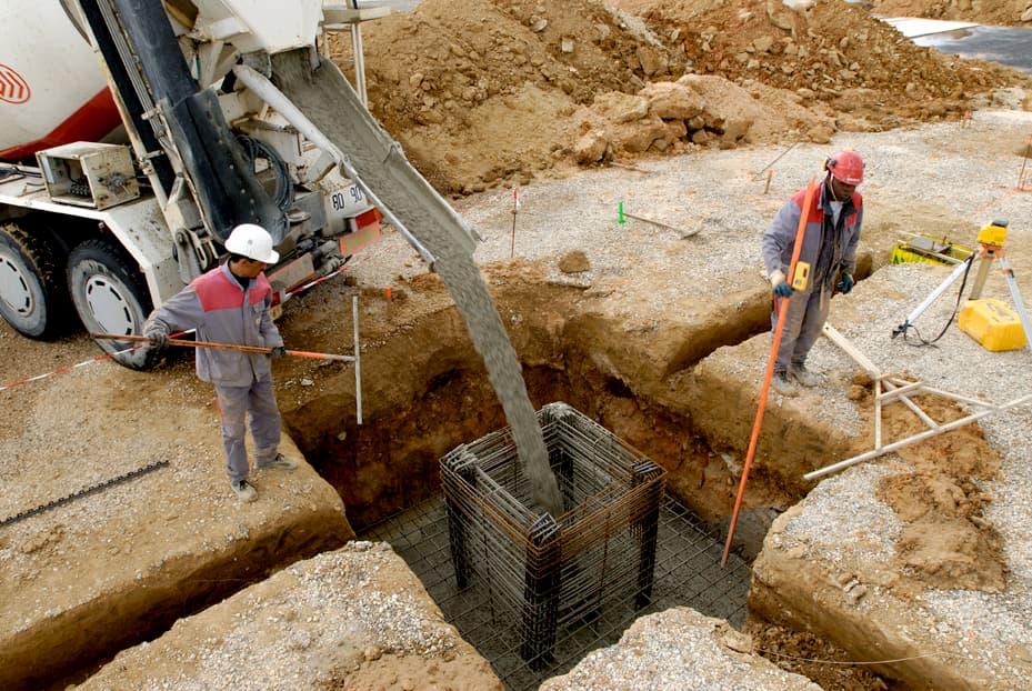 Fondations par massifs à encuvement - béton coulé en place par les équipes d'ALM