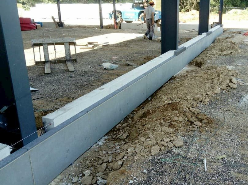 Massif de fondation en béton armé et longrine béton préfabriquée