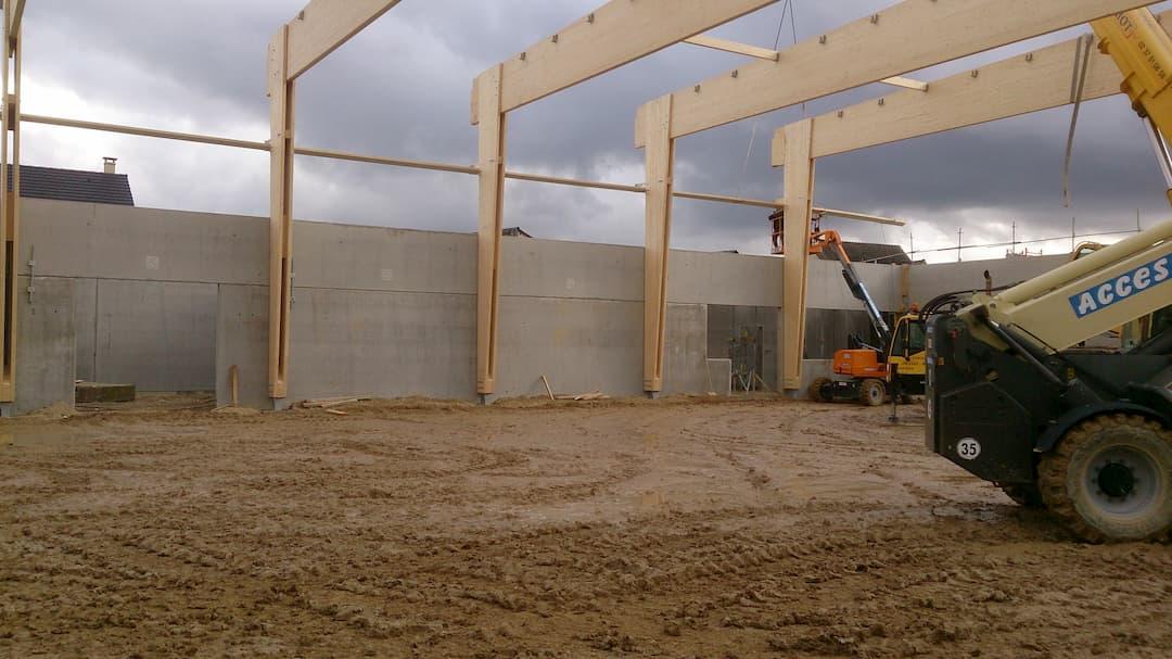 Voile béton et structure poutres bois pour la construction d'un gymnase